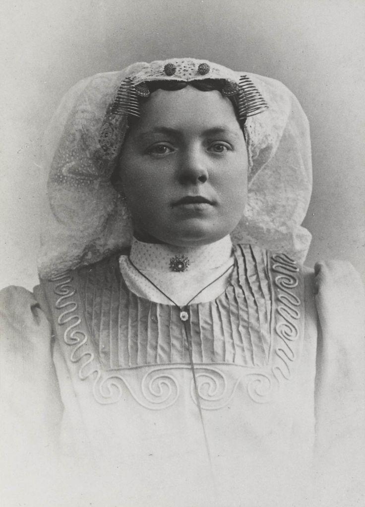 Vrouw uit de omgeving van Klaaswaal, gekleed in de streekdracht van Beijerland. ca 1910 #HoekseWaard #ZuidHolland