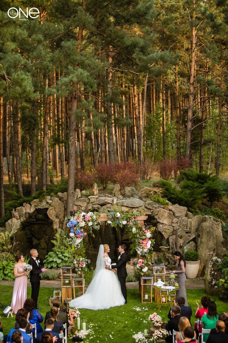 счастливые молодожены, свадьба, церемония, декор, свадебная арка, свадебная церемония, фотосессия, платье, невеста, жених. the happy couple, wedding, rustic, ceremony decor, wedding arch, wedding ceremony, photoshoot, dress, bride, groom.