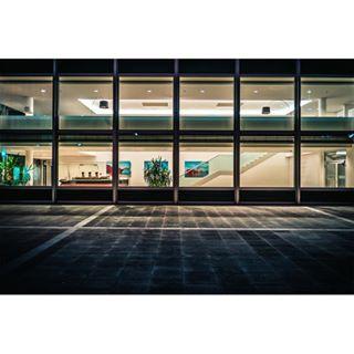 Windowshipping. . . . #hamburg # nightmoves #voigtlander # 28mm #nightscape