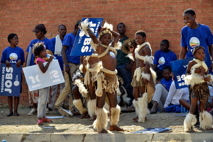 Internazionale » Al voto dopo MandelaSOUTH AFRICA, SOWETO : Young performers in Zulu outfit stand with supporters of South Africa's main oppostion party Democratic Alliance (DA) gathering at the Walter Sisulu Square in Kliptown, Soweto, to attend a concert on May 4, 2014