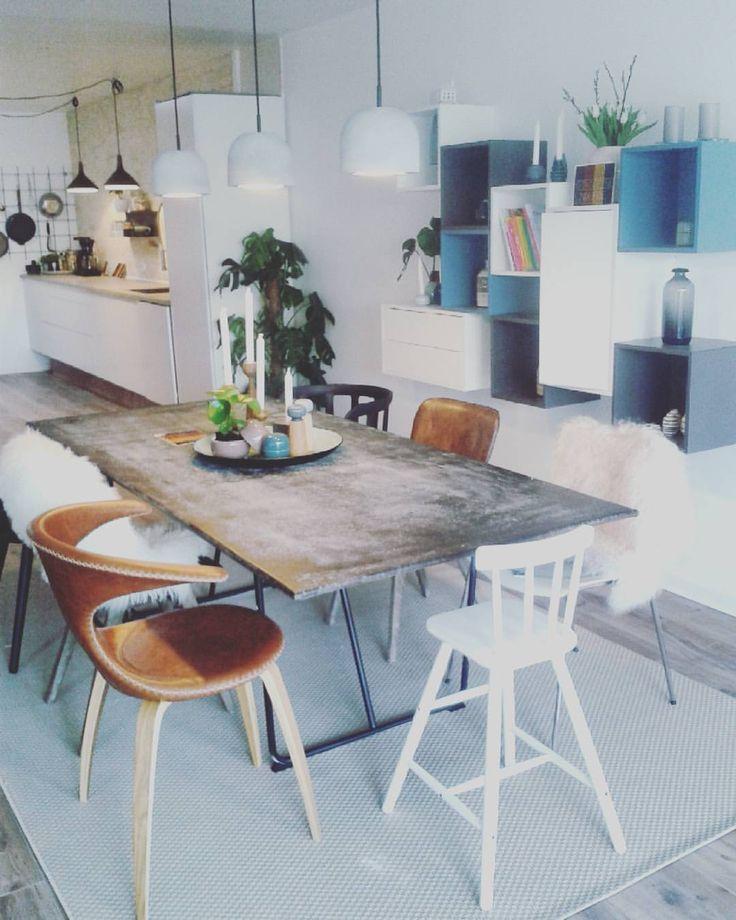Spisestuen i nybyggerhuset :) Spisebordet har vi kavet af en valset jernplade som så er poleret op med voks.  #nybyggerne #tv2 #tillykke #blåthus #liseogmichael #kærlighed #indretning #dekoration #interiør #boligindretning #kunst #art #kahler #spisestue #bogreol #planter #beton #lamper