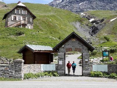 Giardino Botanico Alpino Chanousia - Colle del Piccolo San Bernardo, a circa 800 metri al di là del confine italo-francese. È posto in un paesaggio alpino di notevole bellezza, a 2.170 m di quota, in vista della grandiosa mole del Monte Bianco e di altre imponenti cime - Attualmente vi sono in coltura circa 1.600 specie di piante alpine.