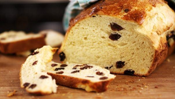 Eén - Dagelijkse kost - rozijnenbrood: tip zet een ondiep schaaltje in de oven, bij afbakken van brood, ook het schaaltje vullen met water. Dit voor een mooie korst!