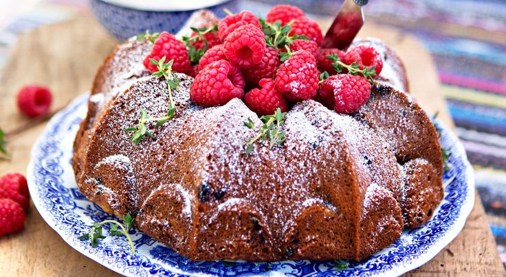 Recept på citronkaka med hallon och timjan. Kakan får en lite seg, kompakt konsistens ochär inte fluffig som en sockerkaka.