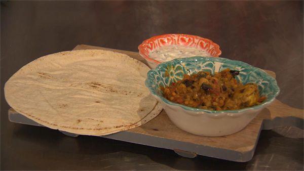 Chef-kok Ramon Brugman maakt een maaltijd die snel op tafel staat. Een gerecht met een zuidelijk tintje: Marokkaanse kip met rode linzen, Arabisch brood en...