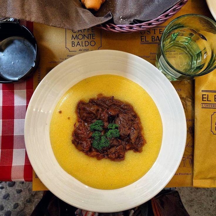 Одно из блюд традиционной веронской кухни - тушеная конина с полентой (кукурузной кашей). Ненавижу каши, но полента оказалась не так и плоха) #verona #pastissada #italy #italia #instafood #polenta #italiancuisine http://w3food.com/ipost/1502043427084021819/?code=BTYVInsjbA7