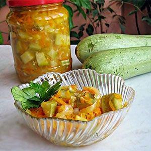 Консервированный салат с кабачком   ИНГРЕДИЕНТЫ  кабачок (подготовленный) 1,3 кг морковь 300 г перец болгарский 300 г чеснок (зубчик) 5 шт. лук зеленый 1 пучок(а) петрушка 1 пучок любисток - по вкусу сахар 1 ст. л. соль 2 ст. л. смесь перцев горошком 1 ст. л. гвоздика 4 шт. лавр 4 шт. масло растительное 2/3 ст. уксус яблочный 2/3 ст.