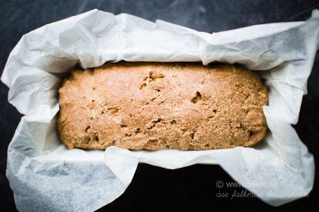 Jag lovade er brödet som jag bakade för några dagar sedan. Brödet är fritt från både mejeri och spannmål, dock inte nötfritt. Jag tycker att brödet påminner lite om surdeg och är ett enkelt bröd att svänga ihop. Gott att rosta!