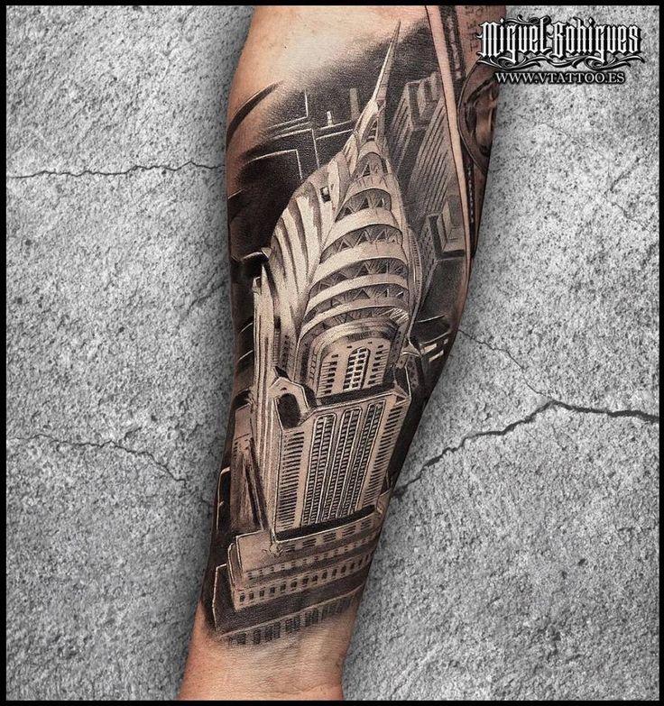Tatuaje en negro y gris del edificio Chrysler de Nueva York situado en el interior del antebrazo. Artista Tatuador: Miguel Bohigues