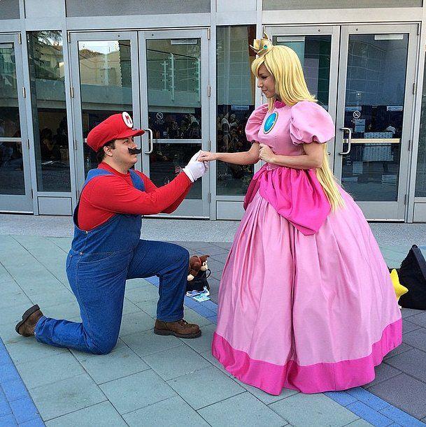 Mario serenades Princess Peach at this cosplay convention.
