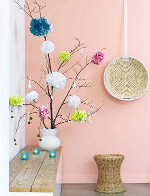Deze bloemen pompons maak je heel makkelijk van papieren servetten of crêpepapierhoe op 101woonideeën.nl