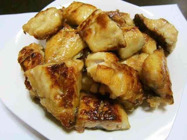 塩サバのうまうまパリパリ焼き    材料  塩サバ 半身3切れ  酢 大さじ1 醤油 大さじ1 片栗粉 適量  オリーブオイル(サラダ油でも可) 適量  作り方 1 塩サバ1切れを6等分に切ります。 この時、皮目についている、背びれや尾びれがあれば、取り除いておきます。 2  切ったサバをビニール袋に入れて、酢、醤油を入れ、全体に回るようにします。 時間があれば15分程度つけておく。 3 焼く直前に、ビニール袋に片栗粉を、サバ全体にまわる程度入れます。 4 フライパンにオリーブオイルまたはサラダ油を入れて、片栗粉のついたサバを皮の方から中火程度で焼いていきます。 5 皮の面が焼けたら、ひっくり返し、カリっと両面を焼いて完成!