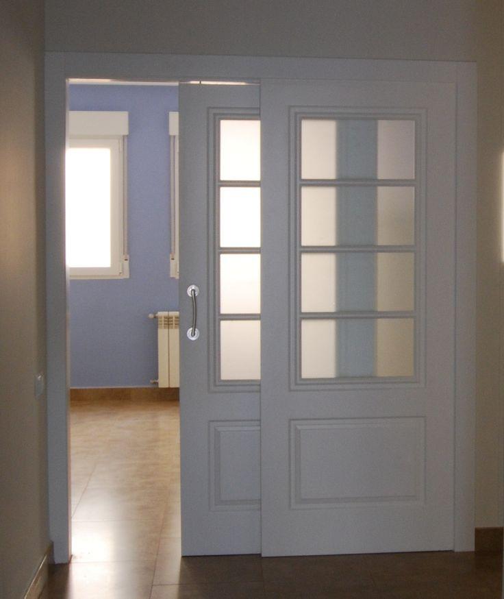puertas correderas de acceso a cocina lacadas en blanco con cristales al cido