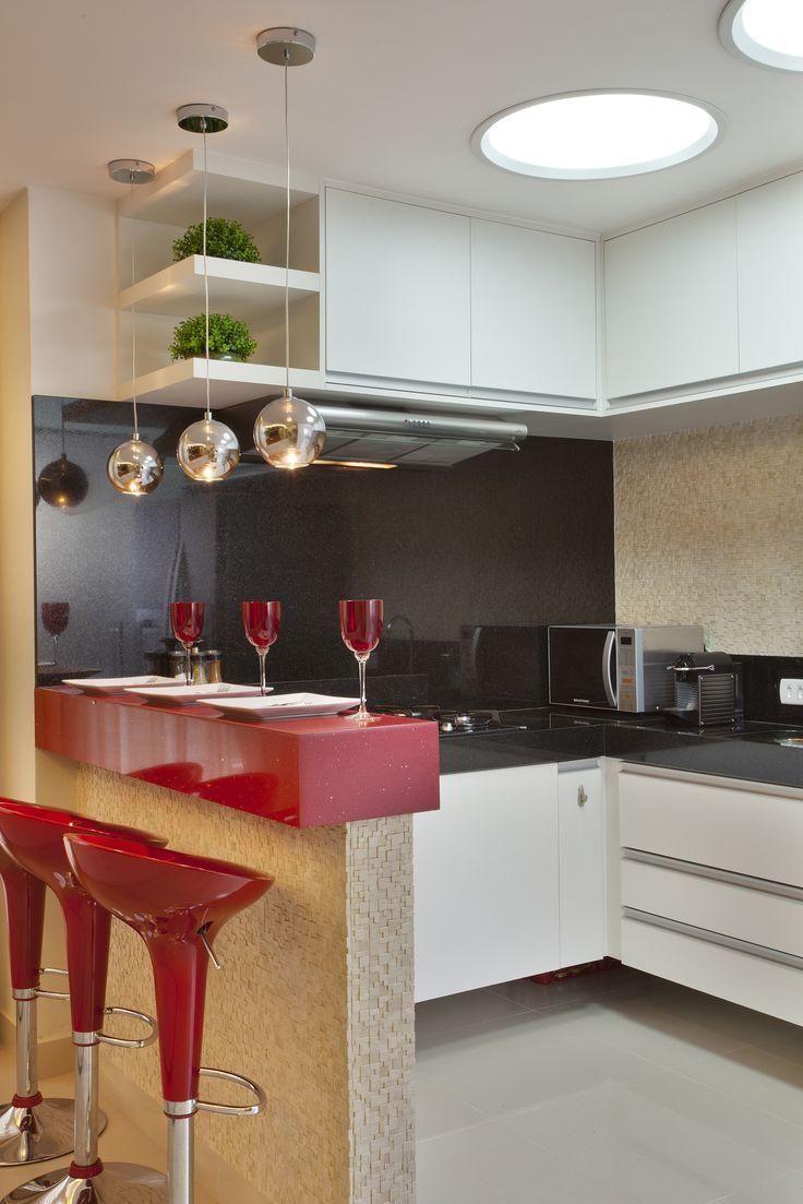 Bancada colorida para refeições rápidas.  http://www.decorfacil.com/55-cozinhas-em-l/