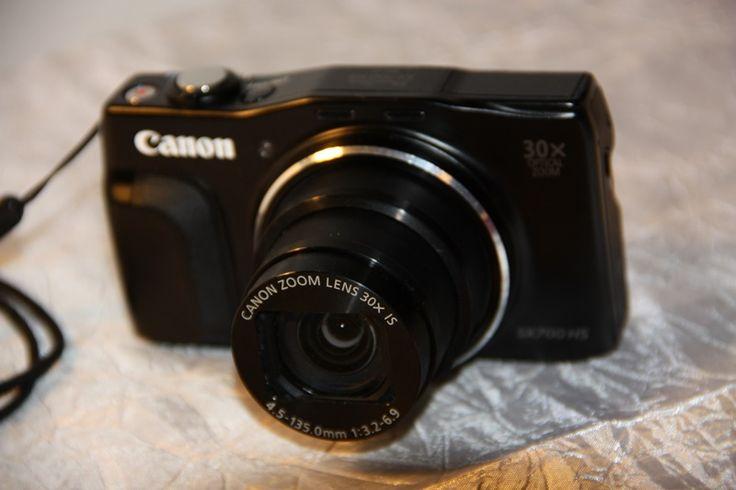 """LoueCanon compact numérique SX700 HS    Capteur BSI CMOS 16 Mpx, 1/2,3"""" , 56 Mpx/cm    Stabilisation Optique    Viseur NC    Ecran 7.5 cm, non TN, 922000 points, 3/2, non tactile    Sensibilité (plage ISO) 100 - 3200 ISO ext. 41 mm    Mode vidéo 1920 x 1080 pixels, 60 i/s , StéréoTrès pratique et léger pour reportages photos à emmener partout.Très bien aussi pour évènements.Avec accessoire : étui, deux batteries, chargeur, carte mémoire 8Go"""
