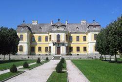 A későbarokk Lamberg-kastélyt Lamberg Ferenc Antal gróf építtette a család nyári rezidenciájául Fellner Jakab tervei alapján. Az építkezés 1766-ban fejeződött be.