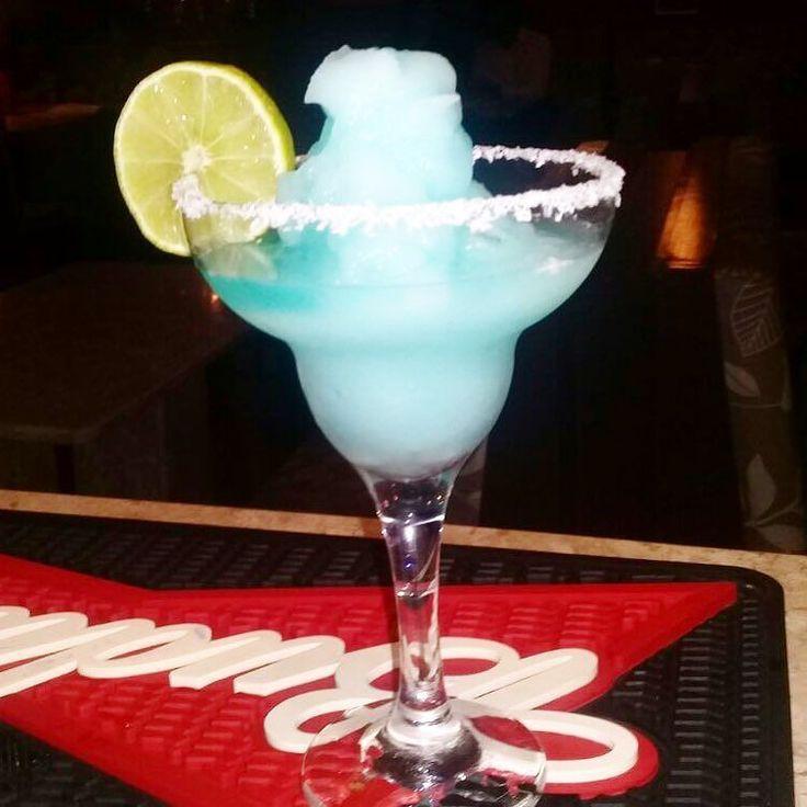 Marguerita Blue coconut  1a dose de tequila prata 3/4 de licor de Curaçau Blue  Suco de limão  1a par de gelo e bater no liquidificador  Passar limão na taça fiesta e crustei com côco ralado  Foto e drink @_o_lino  #bebidaliberada #drink #coquetel #margarita
