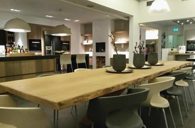 SmartSelect Eiken Boomstam Tafelblad Maak uw woonkeuken compleet!  De woonkeuken wordt meer en meer een begrip in de Hollandse woningen. Om uw woonkeuken compleet te maken bieden wij nu de SmartSelect Eiken Boomstam Tafelbladen. Een bijzondere tafel met een hoog gezelligheidsgehalte. #houtentafel #houtentafelblad #eikentafel #boomstam #boomstamtafel #keukentafel #keukenstudiomaassluis #keukens #droomkeuken #keuken #kitchen #kitcheninspiration