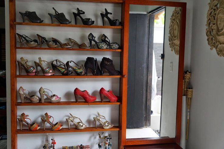 Nuevamente con el tema funcional, construimos un mueble que permite la ubicación de los zapatos en los estantes y la organización de los accesorios detrás de un amplio espejo que sirve de joyero. La madera en listones para elaborar los estantes, ganchos para colgar los collares y un marco para el espejo…. http://decoracioncasarural.blogspot.com.co/ #vestidor. #vestier. #rural #artesanal. #aire libre. #reciclable. #bajo costo. #low cost. #reutilizado. #infografía