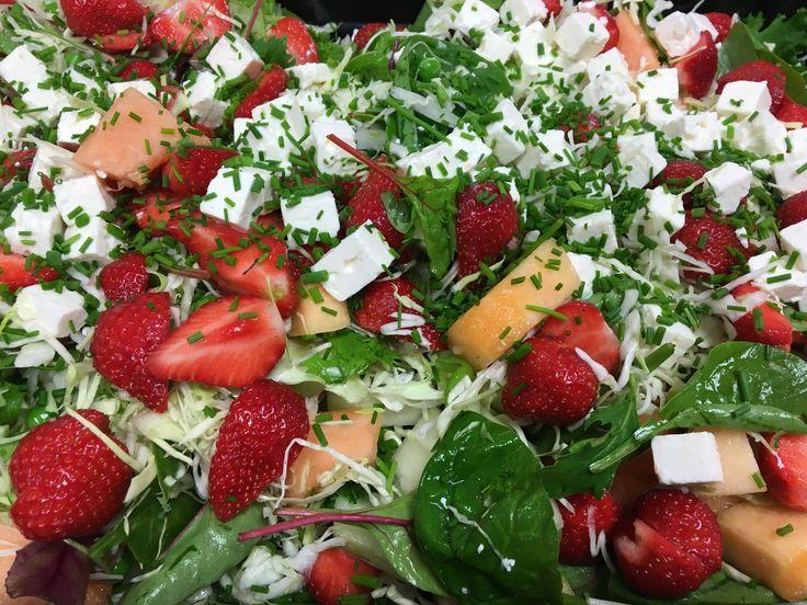 Jordbærsalat med spinat er en salat med knald på farverne og man kan ikke andet end at blive i godt humør når den står på bordet. Brug de sommermodne jordbær i dine salater, bagværk, smoothies eller spis dem som de er, de er sprængfyldte med jern, og så smager de jo skønt samtidig. Det vrimler og med meloner i alle afskygninger lige i øjeblikket, så slå dig endelig løs, de smager fantastiske. Kalorieindholdet i en portion ca. 270 g er 152 Kcal. fordelt på 9,3 g protein, 13,8 g kulhydrat og…