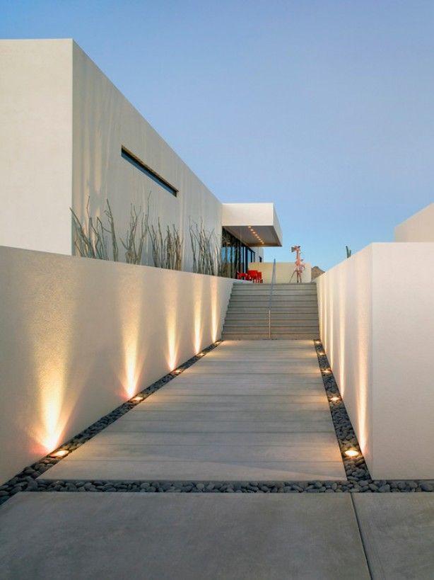 verlichting in de kiezels tegen wit stucwerk