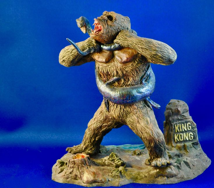 King Kong vs Plesiosaur - a nice Kong kit that really captures this moment well.  Photo and build-up by Stan G. Hyde