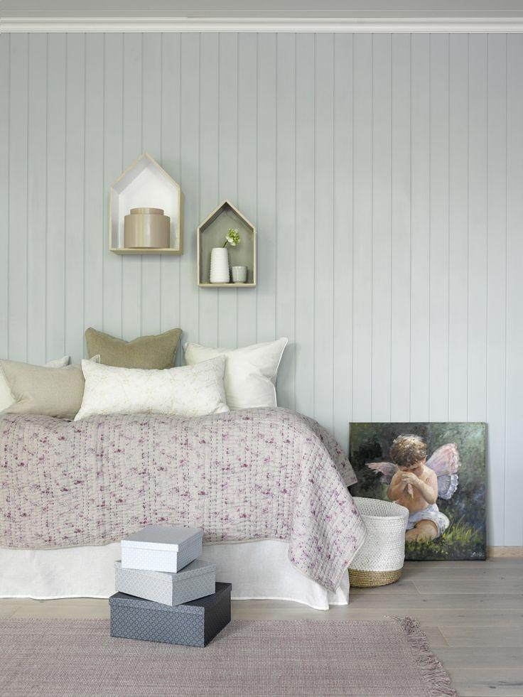 ... sengetøy. Flott kontrast til veggen i fargen Havbris fra Smartpanel