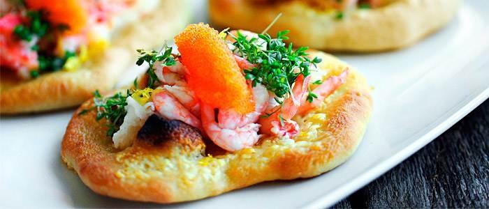 Små pizzor med skaldjur, löjrom och brynt citronsmör  - recept från Lantmännen