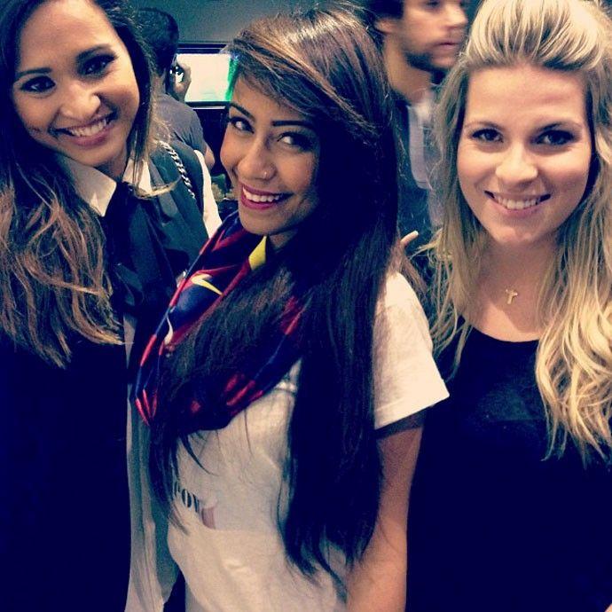 irmã de neymar ao lado de thaissa carvalho namorada de daniel alves barcelona (Foto: Reprodução / Instagram)