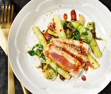 En fräsch förrätt med asiatiska vibbar. Tunna skivor stekt tonfisk serveras med rimmad gurka och pak choi. Rätten toppas med söt, ingefärsdoftande teriyakisås.