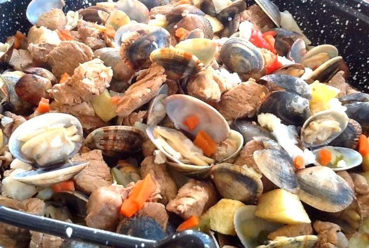 500 g carne de porco 1 cebola 4 dentes de alho 1 c. sopa de massa de pimentão 2 tomates 2 colheres de sopa de banha 1 kg de amêijoa sal q.b. Pimenta q.b. 2 dl vinho branco 1 folha de louro piri-piri a gosto coentros q. b. (opcional) picles picadinhos (opcional) Corte a carne em quadradoss...