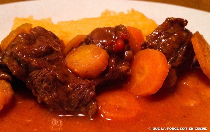 Ce plat mijoté tout simple ne peut se faire qu'avec de très bonnes carottes, pas trop grosses.  Ingrédients :  1 kg de boeuf (jarret paleron)  500 g de carottes  2 oignons  2 gousses d'ail  1 petite boite de tomate  1 verre de vin blanc  1 poireau  1 branche de céleri  1 bouquet garni  1 c. à s. de maïzena  Fond de veau