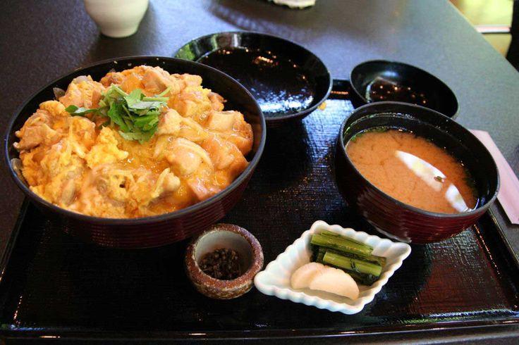 El #Oyakodon es un plato típico de la cocina japonesa, ¿sabes cómo se prepara? The Oyakodon is a typical Japaneses dish, do you know how to prepare it?  #ComidasdelMundo #WorldCuisine Image by ViajeJet www.placeok.com