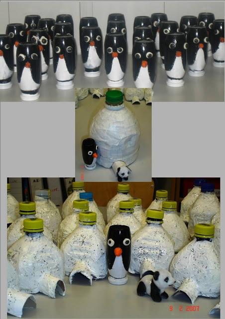 Pingüí i iglú reciclent envasos de plàstic.