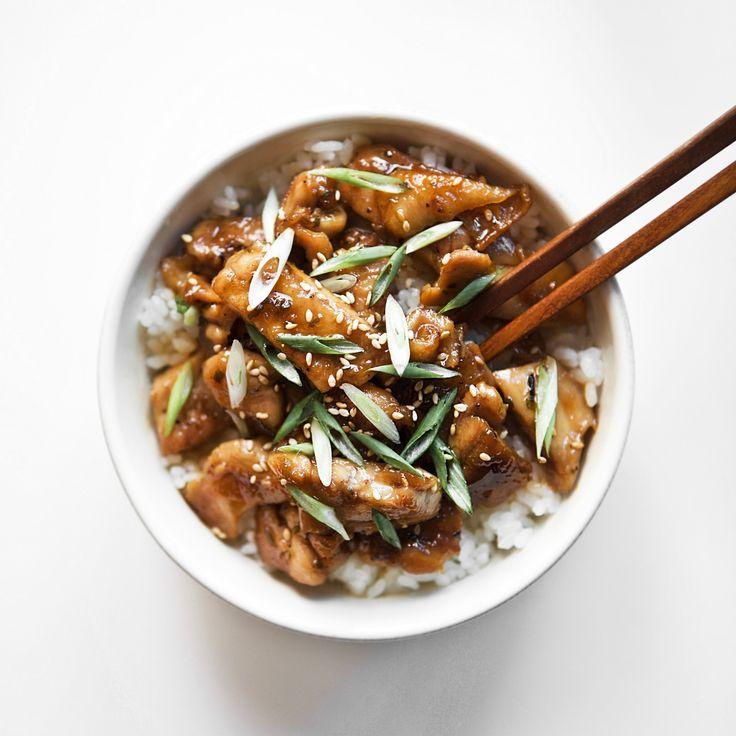치킨 데리야끼 덮밥 오늘은 간단하게 한 끼 식사로 드실 수 있는 치킨 데리야끼 덮밥 레시피를 소개해 드릴게요~^^ 데리야끼는 간장소스를 육류나 어패류에 발라 윤기나에 구워낸 일본식 요리입니다. 달콤 짭쪼름한 소스가 입맛을 돋구워 밥도둑 반찬이기도 하지요. 하얀 쌀밥 위에 치킨 데리야끼를 올려내면 한그릇 요리, 치킨 데리야끼 덮밥이 완성된답니다^^ ***오늘의요리 운영자 인스타그램(@seou_table)*** http://instagram.com/seou_table ⓒ2016. 홍서우 all rights reserved. [재료] 밥 2공기, 닭다리 정육살 300g, 쪽파, 통깨 약간 [양념 재료] 진간장 4큰술, 물 3큰술, 맛술 3큰술, 올리고당 1큰술, 설탕 0.5큰술, 생강즙 0.3큰술, 다진 대파 1큰술 1. 닭다리 정육살은 칼집을 내어준 후 후춧가루 약간 뿌려 밑간해주세요. 2. 쪽파는 어슷썰어 준비해주세요. 3. 양념재료들(간장 4...