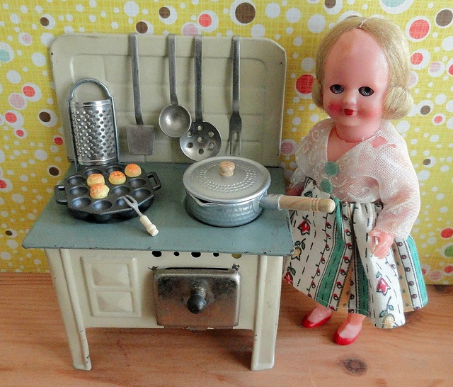 Cute stove, scary dolly: Toys Stoves, Stoves Scale, Miniatures Stoves, Photo