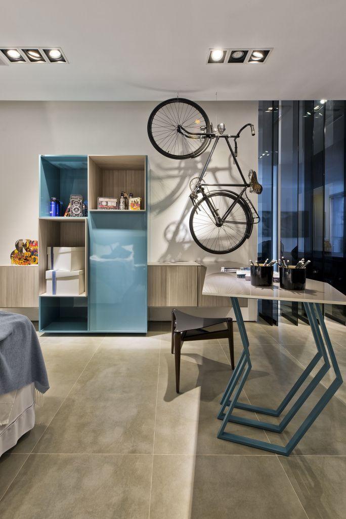 Quarto azul de rapaz com temática de bikes