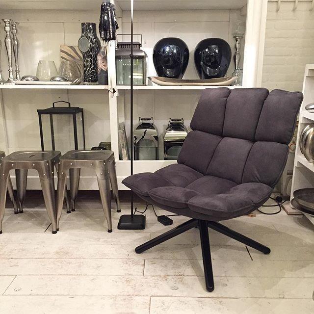 Fauteuil Daan ia verkrijgbaar in 4 verschillende kleuren. Deze fauteuil zit heerlijk en past in elk interieur! #viacannella #viacannellacuijk #styling #interiorstyling #interiordesign #eleonora #fauteuil #stoel #draaistoel #zwartwit #huisinrichten