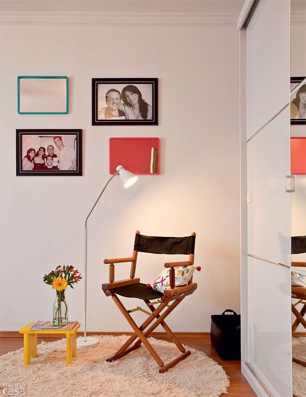 """Perfeito para passar horas com um livro na mão. Um canto de leitura não pede muito: bastam uma cadeira gostosa (Tok & Stok), boa iluminação e lugar para apoiar livros e revistas. """"O tapete delimita e esquenta a área perto do guarda-roupa"""", explica a designer de interiores Ana Maria Mouawad Queiroga, do Studio da Ana, que assina este dormitório em parceria com Ana Terra Silveira. Na parede, fotos de família se somam a espelhos com molduras coloridas."""