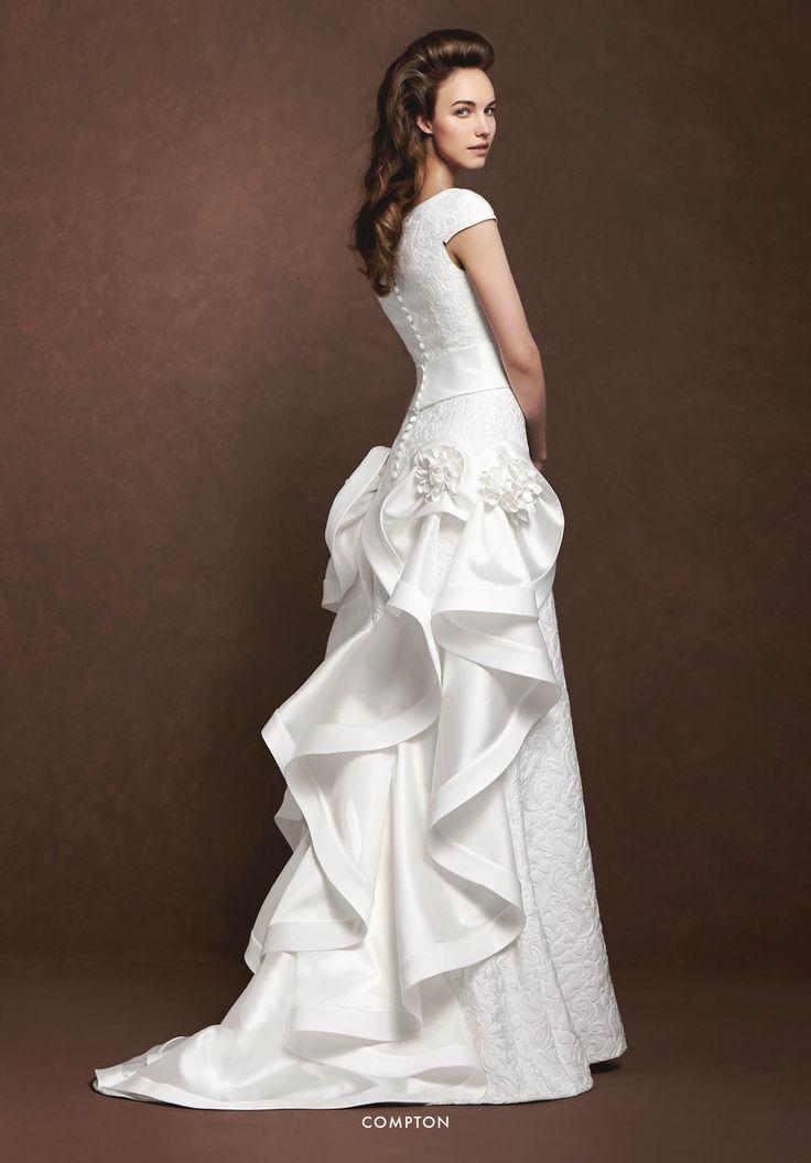 Collezione Signature 2015 - Elisabetta Polignano: Abito da sposa di seta con fiori e decori di pizzo #wedding #weddingdress #weddinggown #abitodasposa