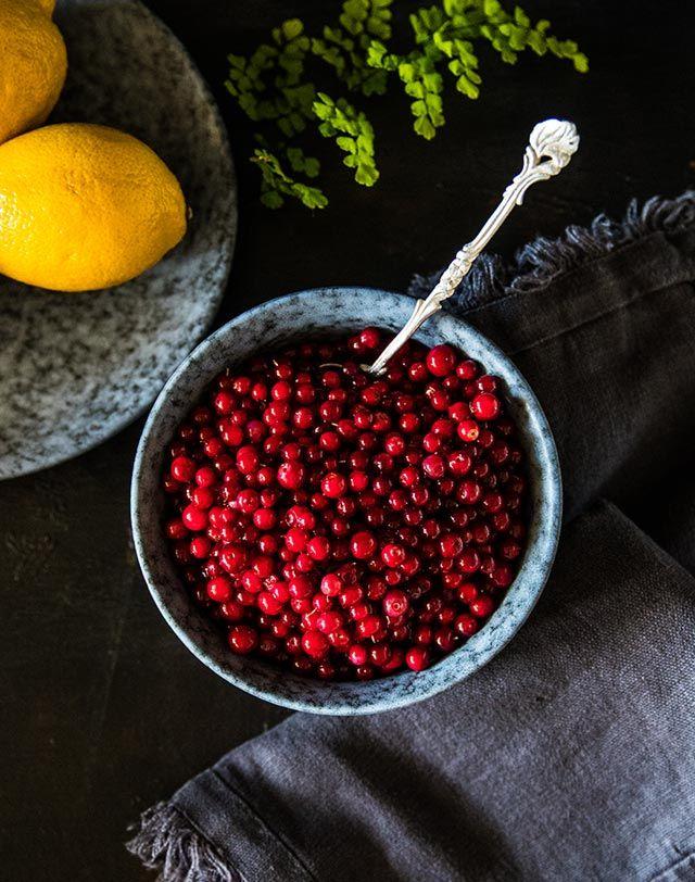 [ Rårörda lingon med mindre socker ] Ca 5 dl. 1. Häll upp de färska lingonen i en stor skål med vatten, rensa bort skräp. Slå bort vattnet genom ett durkslag / 2. Ha ner lingonen i en skål, pressa över citronsaft. Ha ner rårörsockret, rör om tills sockret löst upp sig.