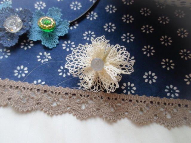 こちらは犬子さん作のベルギーデチカの花。この素材に工夫したボタン、とてもいいですね、可憐に編めました。002k/20170717