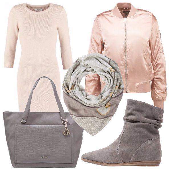 Vestito di maglia al ginocchio rosa, bomber rosa lucido con tasche, maxibag Calvin Klein grigia, stivaletto senza tacco di pelle arricciata e foulard fantasia sui toni del grigio.
