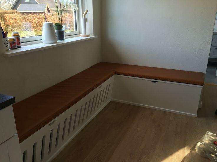 Bænk bygget over radiator så pladsen kan udnyttes til spisekrog/ Lunderskov Specialmøbler I/S