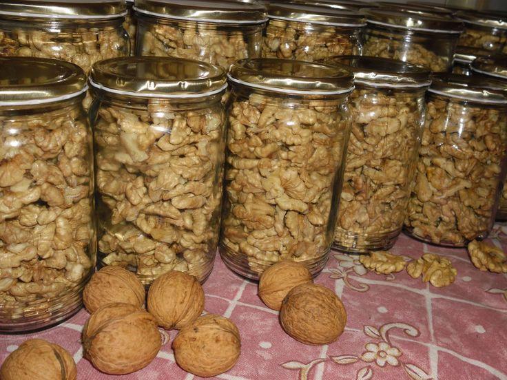 Jádra ořechů řádně vysušíme. Sklenice musí být taky dobře vysušené. Jádra nasypeme do sklenic a zavíčkujeme. Na ořechy by měla být nová víčka,...
