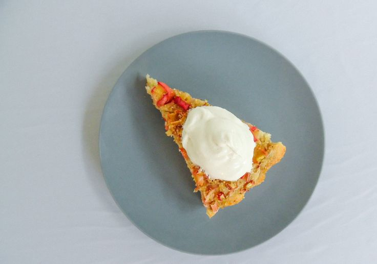 Lækker glutenfri rabarberkage, server den med softice, vanille flødeskum eller en lækker råcreme. Lav den med friske rabarber eller rabarber fra frost.