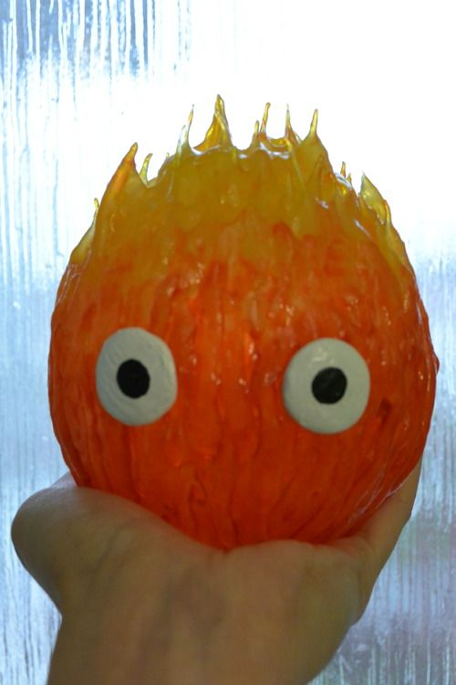 I really love Howl's moving castle and what would it be without the little fire demon, so I made a little Calcifer to go with my Sophie Hatter cosplay. For the body I used a see through plastic bauble...