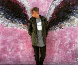 i need to figure out where these wings are cuz i'm pretty sure Ashton Irwin has a picture with them too