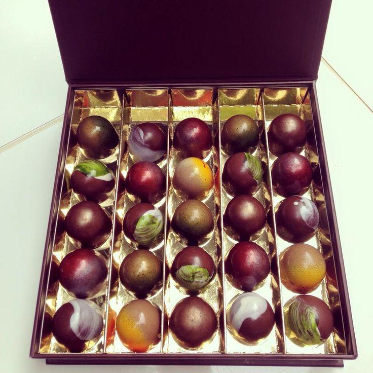 Een prachtige doos bonbons met stoere smaken met bijvoorbeeld Bloedsinaasappel & Saffraan!