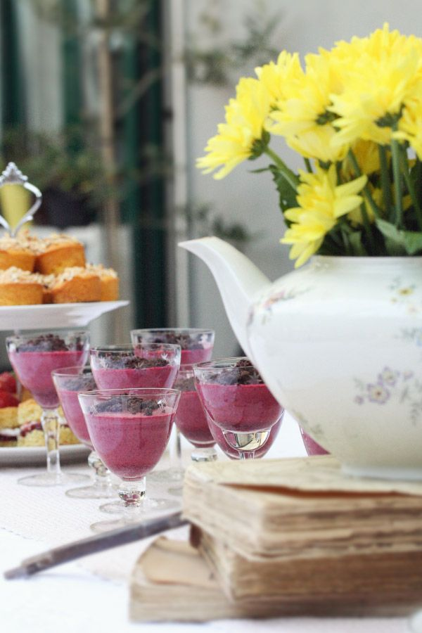 The Vintage Tea Party - la tavolata - allestimento  - vintage tea pots